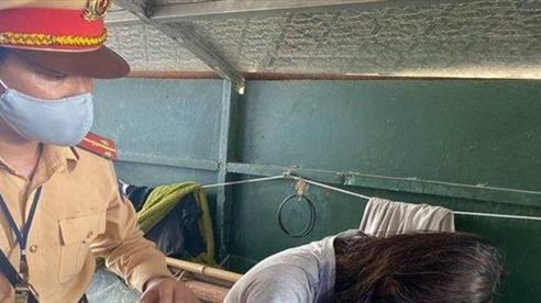 Nhảy cầu Chương Dương tự tử vì buồn chán chuyện tình cảm, cô gái 9X được CSGT cứu