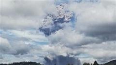 Cận cảnh núi lửa Indonesia phun trào, cột khói bụi bốc cao tới 5 km
