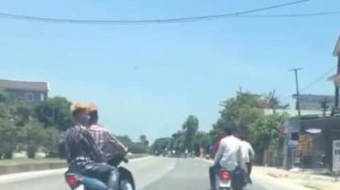 Nhóm 'quái xế' đầu trần lạng lách, đánh võng trước đầu xe ôtô trên Quốc lô 1A