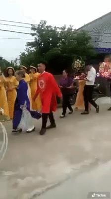 Video: Lần đầu cưới vợ, chú rể có hành động lạ khiến cả đoàn bê tráp ngỡ ngàng