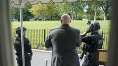 NÓNG! Nổ súng ngay bên ngoài Nhà Trắng, mật vụ Mỹ vội vàng hộ tống ông Trump rời họp báo