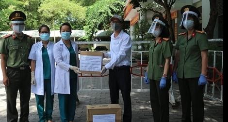 Hỗ trợ vật tư, y tế cho các bệnh viện và bệnh xá Công an chống dịch COVID-19