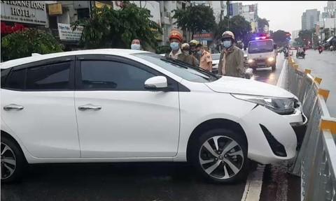 TPHCM: Ô tô đâm dải phân cách, nữ tài xế nhanh tay tháo biển số