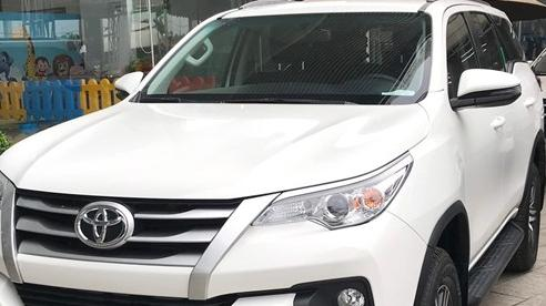 Sắp ra bản mới, Toyota Fortuner 'sảy chân': Bị Hyundai Santa Fe cướp ngôi vương SUV 7 chỗ, biến mất khỏi top 10 bán chạy tại Việt Nam