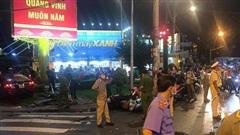 NÓNG: Ôtô tông hàng loạt xe máy dừng đèn đỏ, nhiều người nhập viện