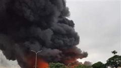Cháy lớn trong khu công nghiệp, lửa cùng cột khói bốc cao hàng chục mét