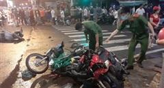 Ô tô lùa nhiều máy dừng đèn đỏ, ít nhất 5 người bị thương