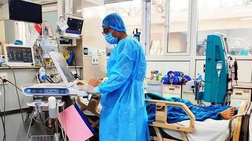 Bệnh nhân COVID-19 ở Hà Nội chuyên giao bánh pizza phải thở máy