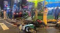 TP.HCM: Nữ tài xế lái Camry tông hàng loạt xe máy chờ đèn đỏ, nhiều người bị thương