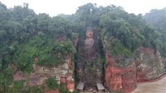 Trung Quốc hứng mưa lớn, nước đến chân tượng Phật khổng lồ