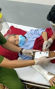 Giúp bà cụ 91 tuổi neo đơn làm giấy chứng minh nhân dân ngay tại giường bệnh