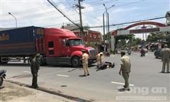 Container tông rồi kéo lê xe máy, một phụ nữ bị cán qua người