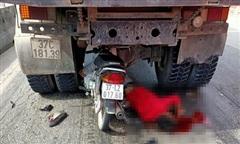 Xe máy lao thẳng vào gầm xe tải chờ đèn đỏ, nam thanh niên nguy kịch
