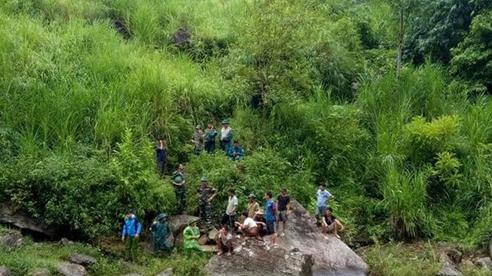Gần 100 người tìm kiếm nạn nhân trượt chân xuống suối mất tích