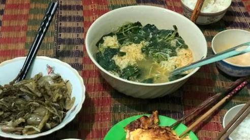 Xót lòng nhìn bữa cơm canh rau dại của người lao động nghèo mắc kẹt ở Đà Nẵng