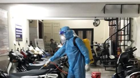 Quận Thanh Xuân phun khử khuẩn khu vực có ca nghi mắc Covid-19