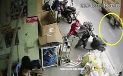 Clip: Người phụ nữ bị xe ô tô húc văng khi qua đường, tài xế nhẫn tâm bỏ trốn