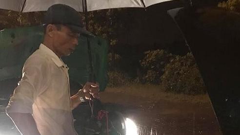 2 lần liên tiếp giúp người gặp chuyện giữa đêm mưa tầm tã, anh tài xế khiến triệu người xúc động