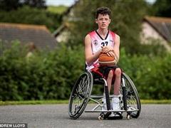 Kỳ lạ cầu thủ khuyết tật phải cắt bỏ 2 chân nếu muốn theo đuổi ước mơ