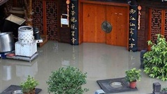 Hình ảnh lũ lụt tồi tệ ở Trung Quốc: Thị trấn cổ nổi tiếng có niên đại nghìn năm chìm trong biển nước