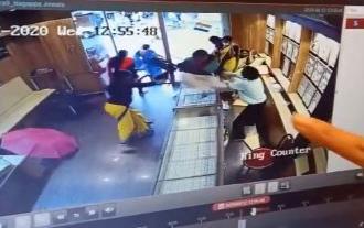 Hùng hổ cầm dao xông vào tiệm vàng, tên cướp bị nữ nhân viên dùng ghế phang tới tấp