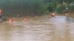 Vĩnh Phúc: Ô tô bị lật khi đi qua đập tràn lúc nước chảy mạnh, 2 mẹ con bị cuốn trôi