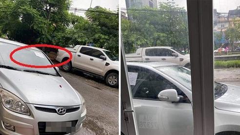Đậu xe không đúng chỗ rồi rời đi, tài xế 'tái mặt' với dòng chữ viết trên tờ giấy dán nơi kính xe