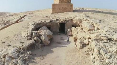 Đi giữa đường, 'sụp hầm' vào mộ cổ kỳ lạ nhất thành phố xác ướp