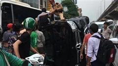 Giải thoát tài xế từ chiếc xe Mercedes bị lật nghiêng trên đường