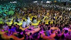 Truyền thông Trung Quốc bênh vực tiệc bể bơi tại Vũ Hán