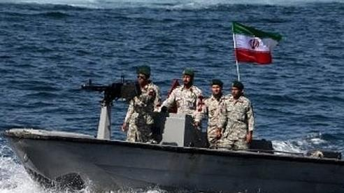 Vừa bắt tay Israel, UAE bắn tàu cá Iran