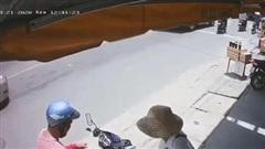 Người đàn ông giả vờ lựa vé số rồi cầm cả tập phóng vụt đi, phản ứng của nạn nhân khiến ai cũng xót xa