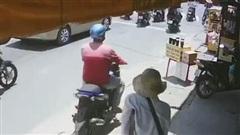 Phẫn nộ clip người đàn ông vờ mua rồi cướp hết vé số của người tàn tật