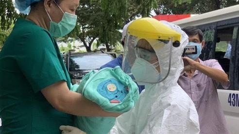TIN VUI: Sản phụ mắc COVID-19 được chữa khỏi được xuất viện cùng con gái mới sinh