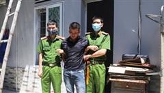 Khám xét người đàn ông đi bộ, phát hiện 1 kg ma túy đá