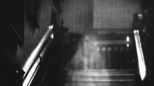 Bóng dáng bí ẩn tại hành lang của tòa nhà khiến dân mạng xôn xao và nguồn cơn đến từ bi kịch của người vợ với mối tình vụng trộm