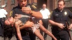 Cảnh sát liều mình cứu bé gái nằm bất động trong biển lửa, 18 năm sau đứa trẻ mới biết việc làm đặc biệt của ân nhân trong thời gian qua