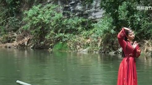 Kinh ngạc điệu múa trên thanh trúc nổi giữa mặt nước
