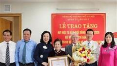 Trao tặng Huy hiệu 70 năm tuổi Đảng cho GS Đặng Hữu và nhạc sỹ Phạm Tuyên