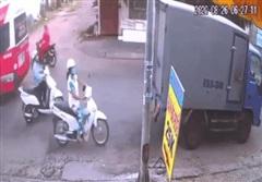 Vừa thấy xe tải đụng đầu xe, người phụ nữ nhảy vội ra ngoài tránh cú đâm nguy hiểm