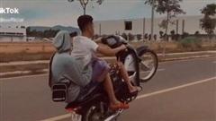 Bị phạt hơn 4 triệu đồng vì chạy xe máy 'bốc đầu' rồi khoe trên Tiktok
