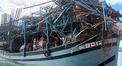 Tàu hàng tông tàu cá trong đêm, một ngư dân rơi xuống biển