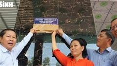 Thứ trưởng Lê Tấn Dũng dâng hương các anh hùng liệt sĩ và trao nhà tình nghĩa, tặng quà gia đình NCC tại Long An