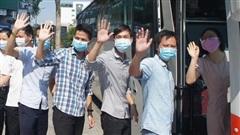 62 y bác sĩ của 2 đoàn Bình Định và Thừa Thiên – Huế đã lên xe rời 'thành phố đáng sống'