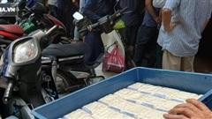 Xếp hàng mua bánh Trung thu trên phố Hà Nội