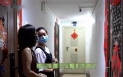 Thấy camera hàng xóm chiếu thẳng vào nhà, người phụ nữ liền đập vỡ vì sợ rước phải vận đen