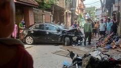 Hà Nội: Tai nạn liên hoàn giữa ô tô và nhiều xe máy, 3 người nhập viện