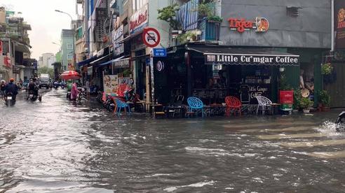 TP.HCM: Phố đi bộ Bùi Viện bất ngờ bị ngập nước lênh láng sau cơn mưa lớn