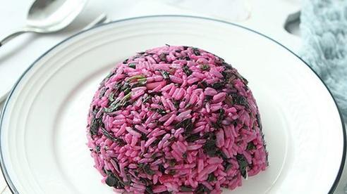 Tháng Vu Lan ăn chay, làm món cơm chiên chay màu tím đẹp mắt