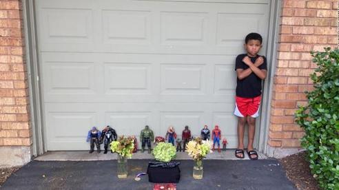 Fan nhí tổ chức lễ tưởng niệm cho 'người hùng' Chadwick Boseman